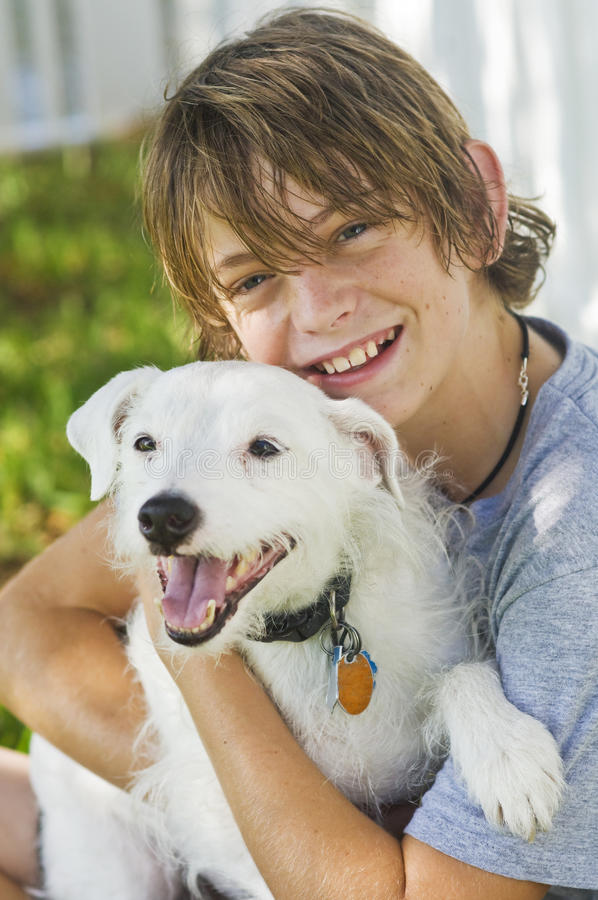 собака мальчика счастливая его стоковые изображения rf