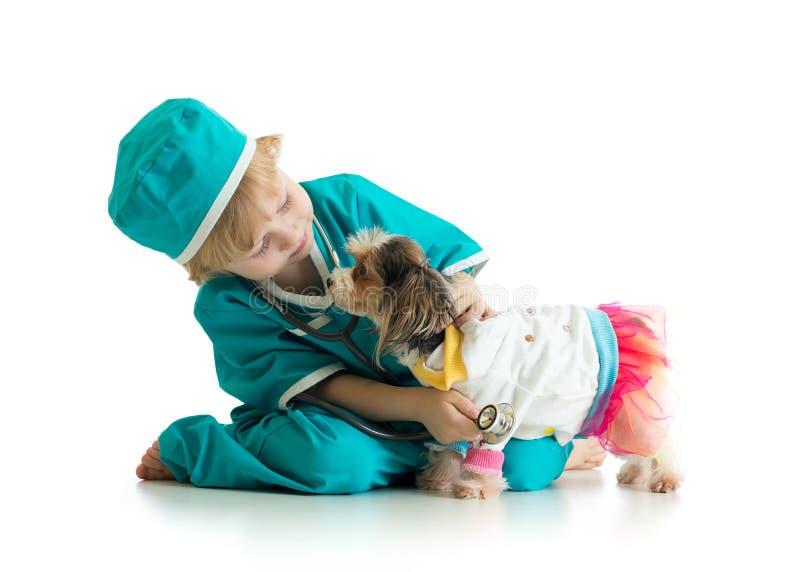 Собака щенка мальчика рассматривая, изолированная на белой предпосылке стоковое фото