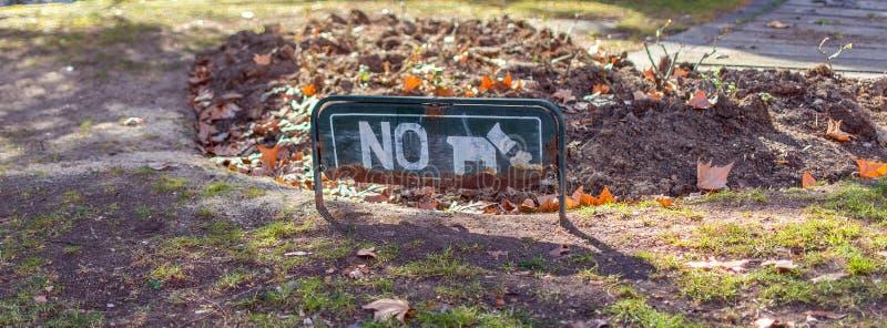 Собаки не позволили знак на следе в парке стоковые изображения