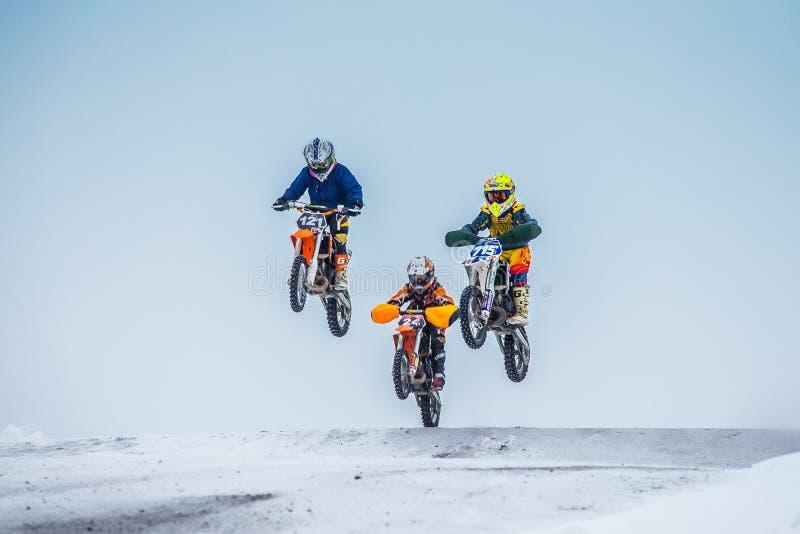 Соберите всадников мальчиков на мотоциклах скача над горой стоковые изображения rf
