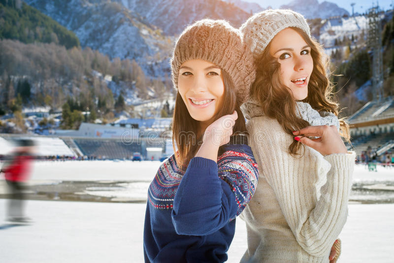 Соберите красивое катание на коньках девушек подростка внешнее на катке стоковое изображение