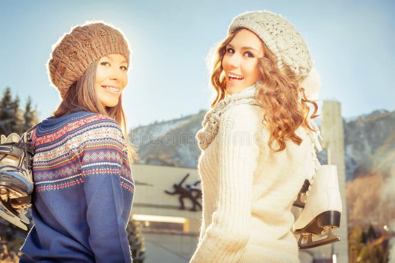 Соберите красивое катание на коньках девушек подростка внешнее на катке стоковые фотографии rf