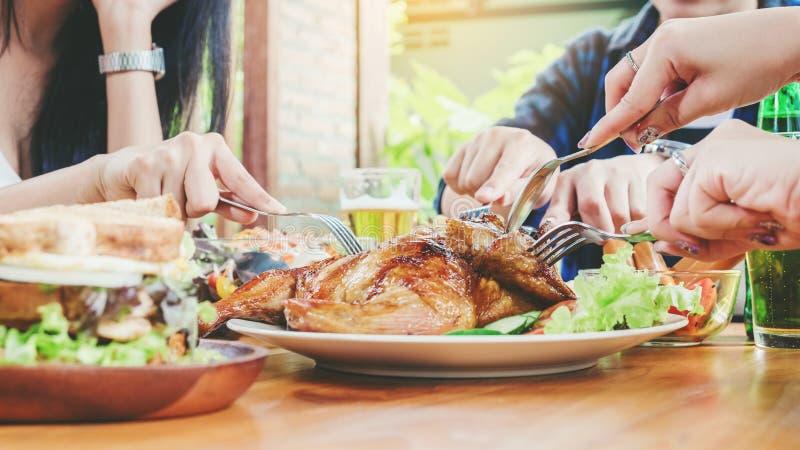 Соберите партию людей друзей молодую азиатскую и еда Celebrati еды стоковая фотография rf