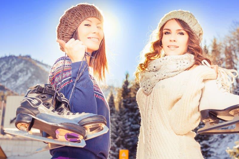 Соберите смешное катание на коньках девушек подростков внешнее на катке стоковые фото