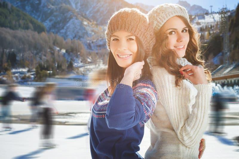 Соберите смешное катание на коньках девушек подростков внешнее на катке стоковое изображение rf