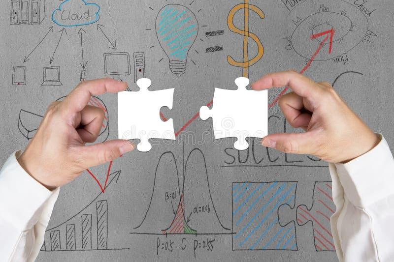 Собирающ 2 головоломки совместно стоковые фото