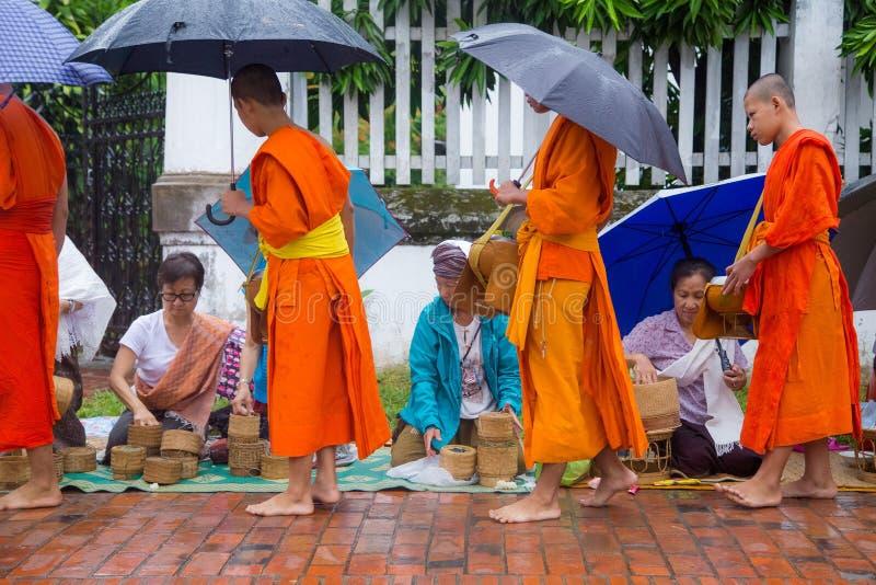 Собирающ luang милостынь praban стоковая фотография rf