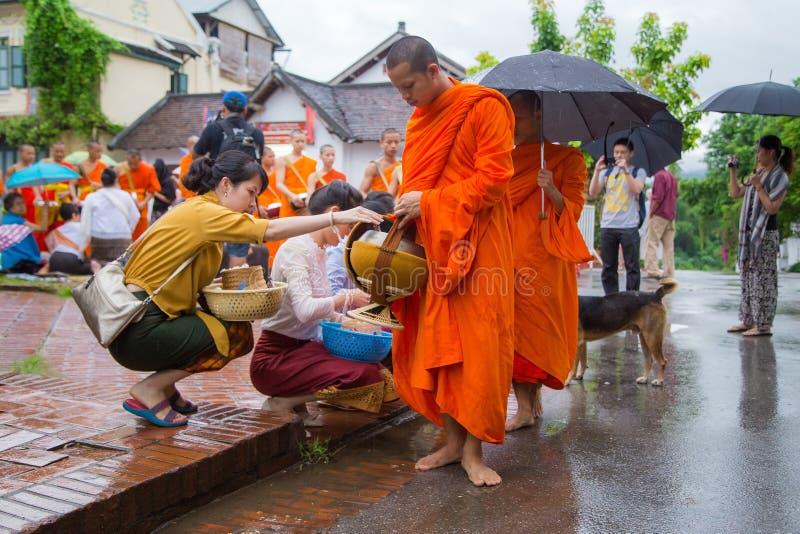 Собирающ luang милостынь praban стоковое изображение