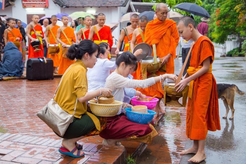 Собирающ luang милостынь praban стоковое фото