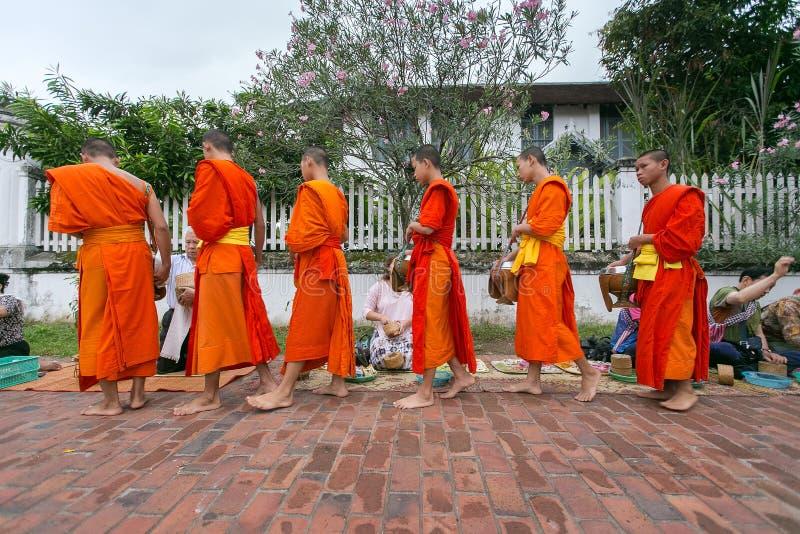 Собирающ prabang luang милостынь, стоковая фотография rf