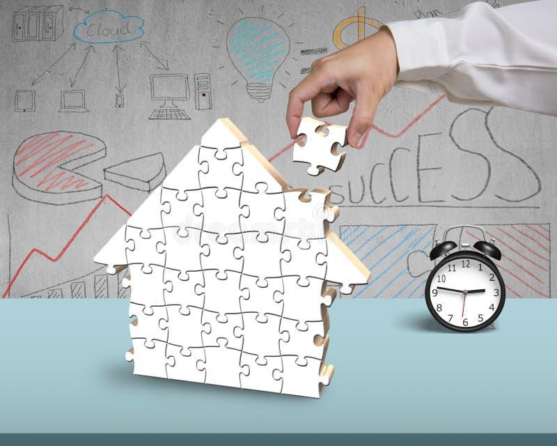 Download Собирая головоломки для формы дома в офисе Иллюстрация штока - иллюстрации насчитывающей конспектов, рука: 41653536