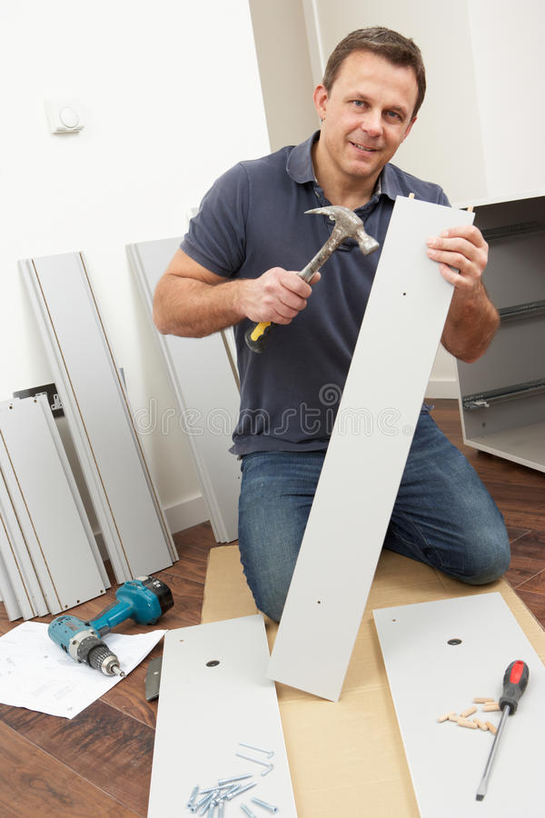 собирая плоский пакет человека мебели стоковое изображение rf
