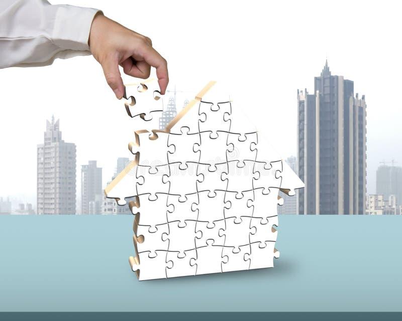 Собирая пустые белые головоломки в форме дома иллюстрация вектора