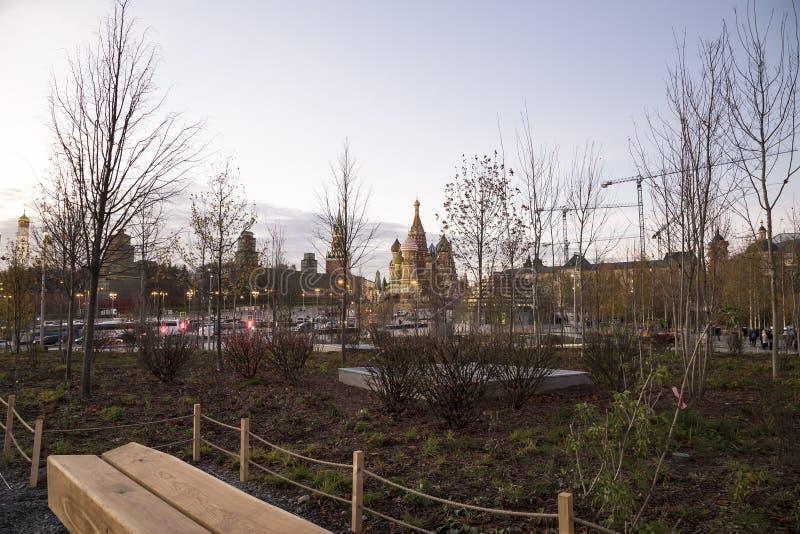 Собор базилика St на ноче -- взгляд от нового парка Zaryadye, городской парк размещал около красной площади в Москве, России стоковое фото