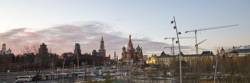 Собор базилика St на ноче -- взгляд от нового парка Zaryadye, городской парк размещал около красной площади в Москве, России стоковая фотография