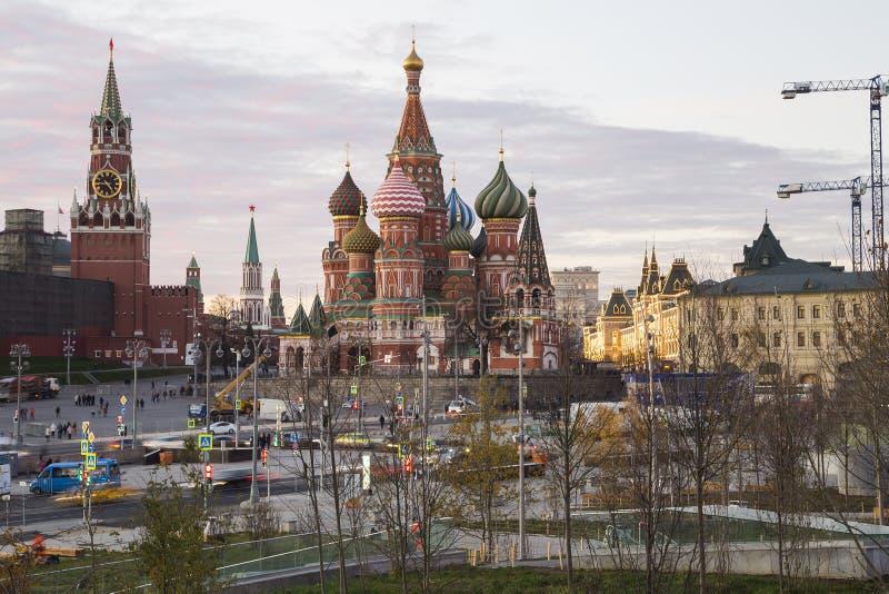 Собор базилика St на ноче -- взгляд от нового парка Zaryadye, городской парк размещал около красной площади в Москве, России стоковые фотографии rf