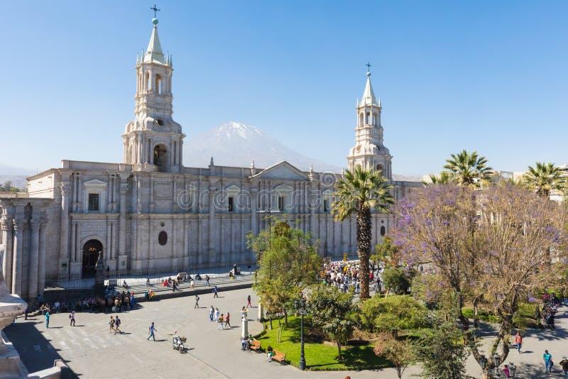 Собор базилики Arequipa и volcan Misti Перу стоковые фотографии rf