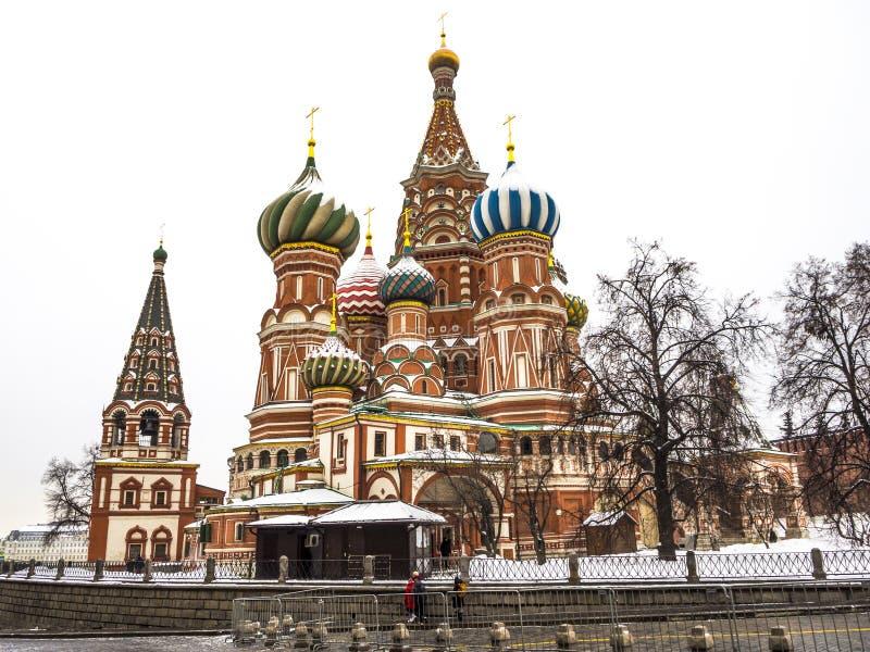 Собор базиликов St на красной площади в Москве России бело стоковое фото rf