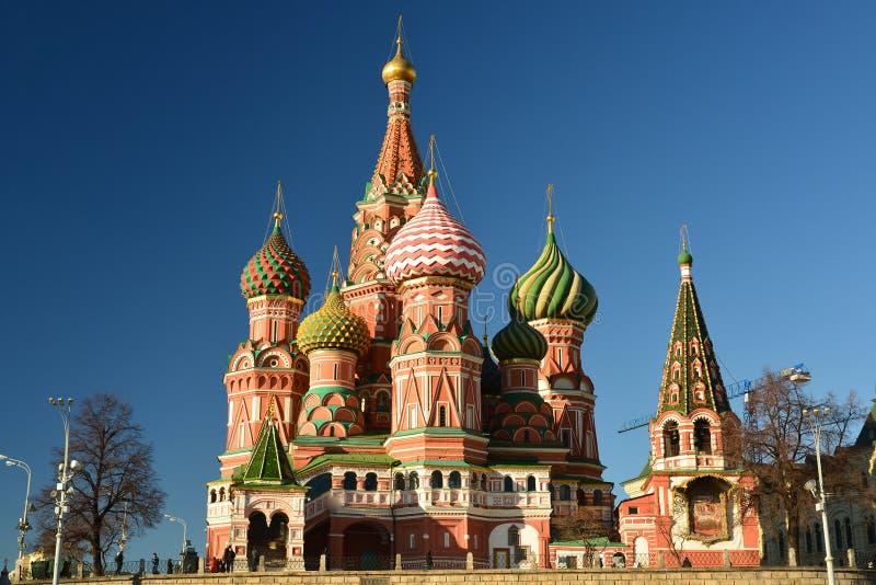 Собор базилика Святого и спуск Vasilevsky красной площади в Москве, России стоковые фото