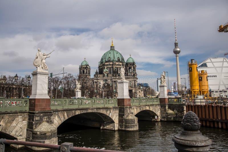 Собор Берлина и ТВ возвышаются, Dom берлинца стоковое фото