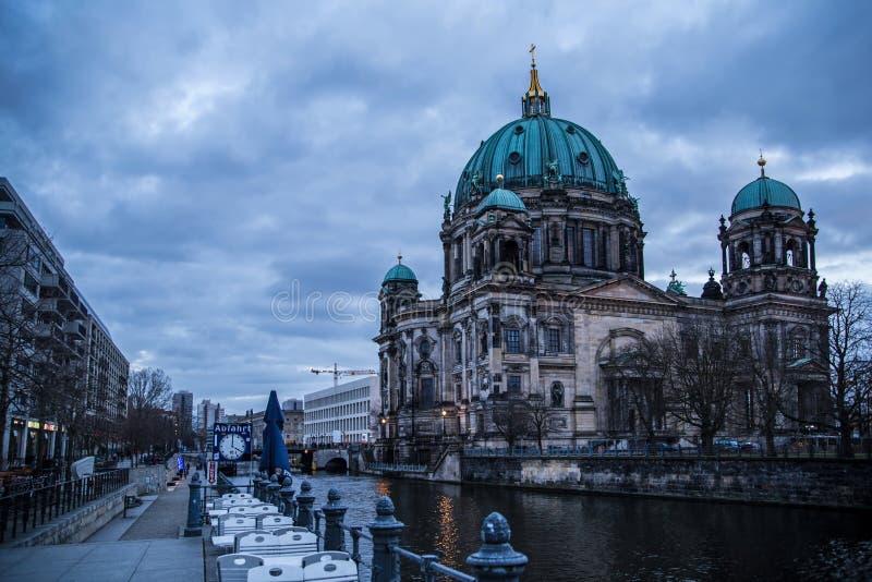 Собор Берлина, Dom берлинца, загоренные в вечере стоковое изображение