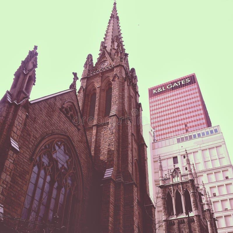 Собор в городском Питтсбург изумляя готическое umongst структуры городской городской пейзаж Винтажное собрание стоковая фотография rf
