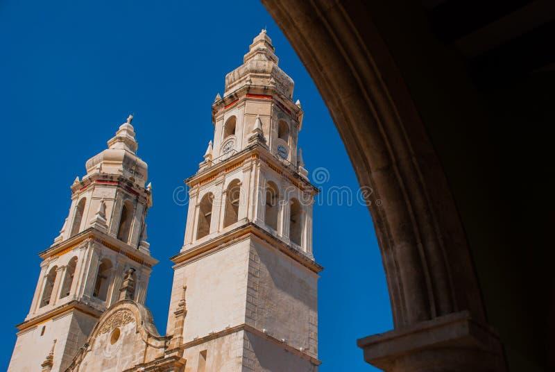 Собор в Кампече, Мексика увиденная через каменный свод стоковая фотография