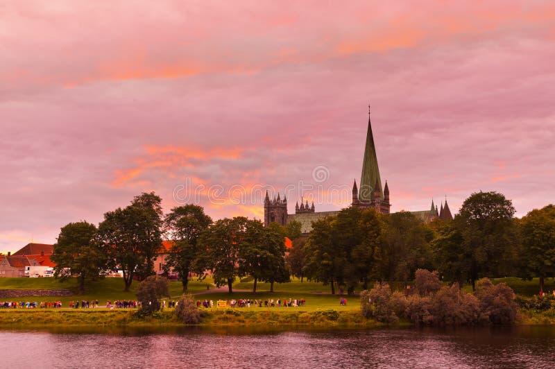 Собор в Тронхейме Норвегии на заходе солнца стоковая фотография rf