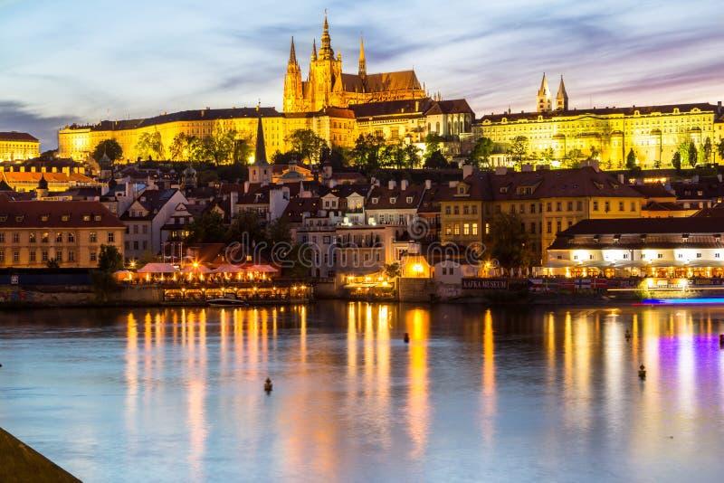 Собор замка и St Vitus в Праге на ноче, чехе Republi стоковое изображение