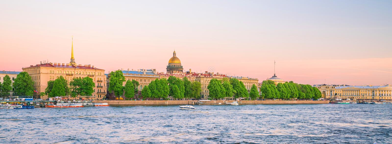 Собор Исаак Святого через реку Moyka в Санкт-Петербурге стоковое фото rf