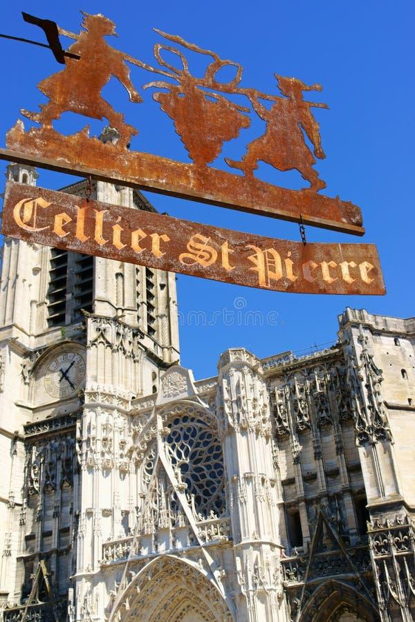 Собор и знак старого винного магазина в Труа стоковое фото