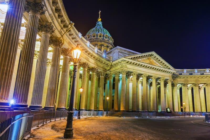 Собор Казани в зиме взгляда ночи Санкт-Петербурга стоковая фотография rf