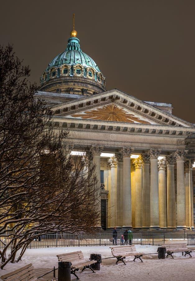 Собор Казани - Русская православная церковь в Санкт-Петербурге, России Фото ночи стоковые изображения