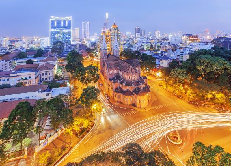 Собор Нотр-Дам взгляда ночи (базилика Сайгона Нотр-Дам) расположенный в центре города Хошимина, Вьетнама стоковая фотография