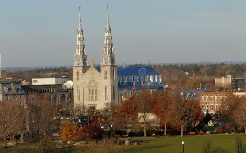 Собор Нотр-Дам в взгляде Оттавы от холма парламента стоковое фото rf