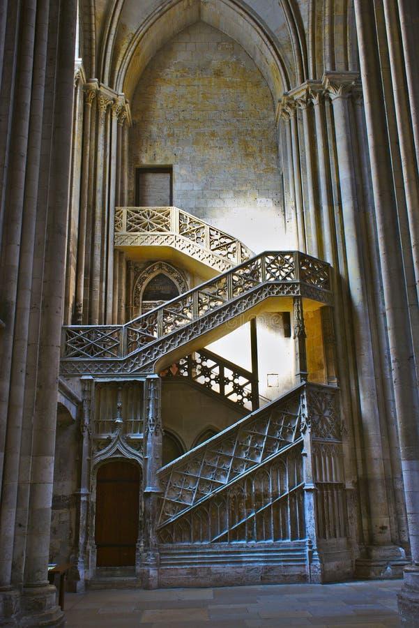 Собор Нотр-Дам Руана Лестницы книготорговцев в северном transept пересекают стоковое изображение