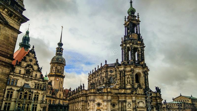 Собор святой троицы Hofkirche над рекой Эльбой в Дрездене, Германии, Саксонии стоковая фотография