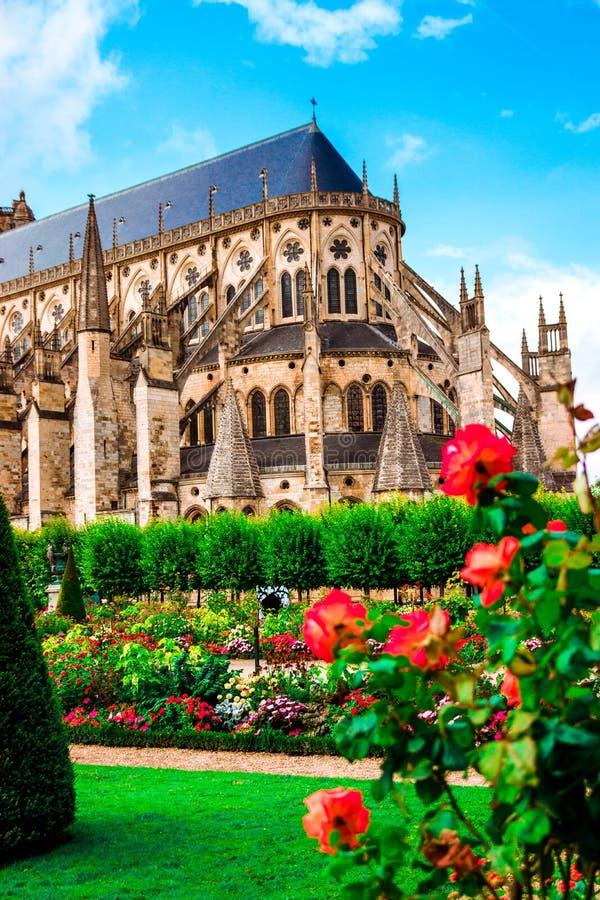 Собор Сент-Этьен Буржа, красивого сада, Франции стоковая фотография rf