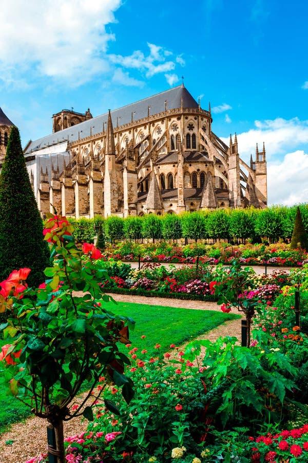 Собор Сент-Этьен Буржа, красивого сада, Франции стоковое фото