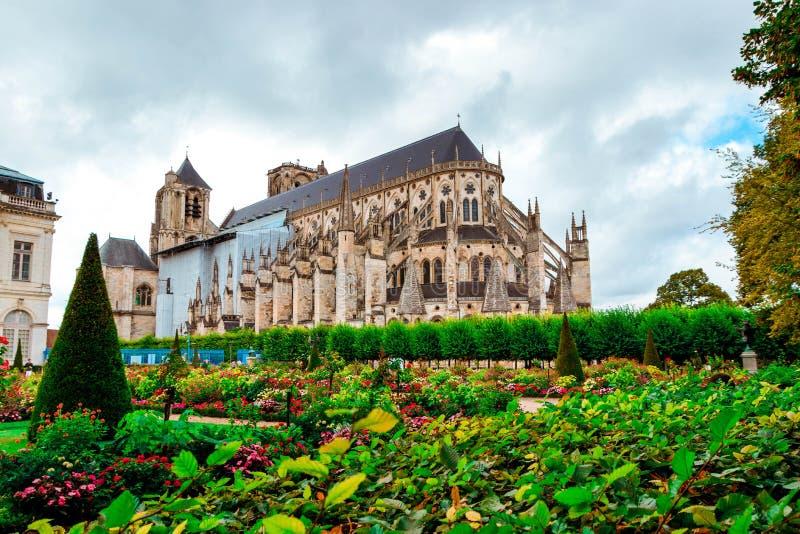 Собор Сент-Этьен Буржа, красивого сада, Франции стоковое изображение