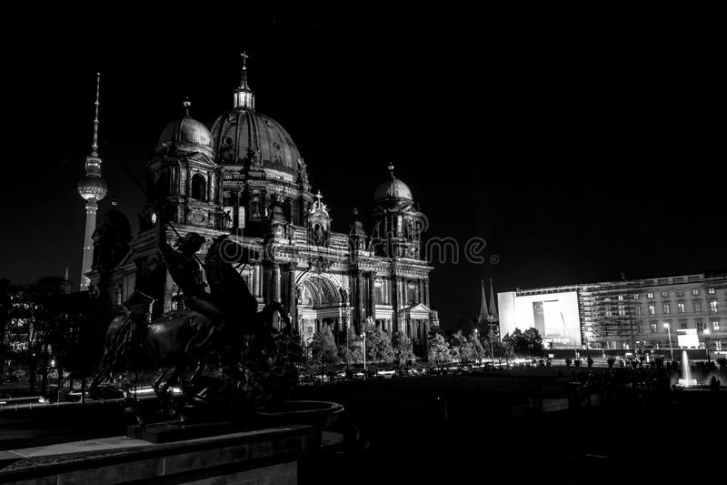 Собор Dom Берлина берлинца в освещении вечера стоковое изображение
