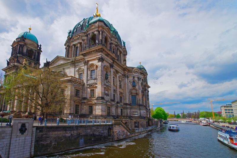 Собор Dom берлинца и река оживления в Берлине стоковое фото