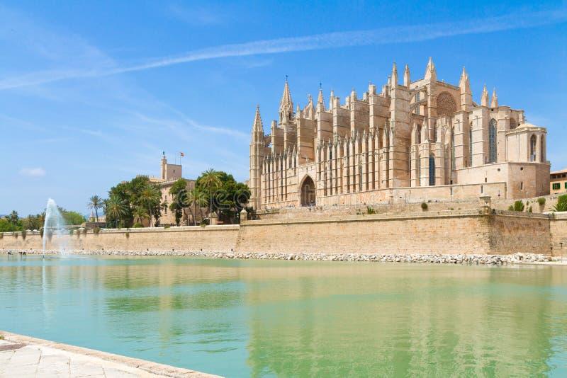 Собор Palma de Mallorca и дворец Almudaina королевский панорамный стоковая фотография rf