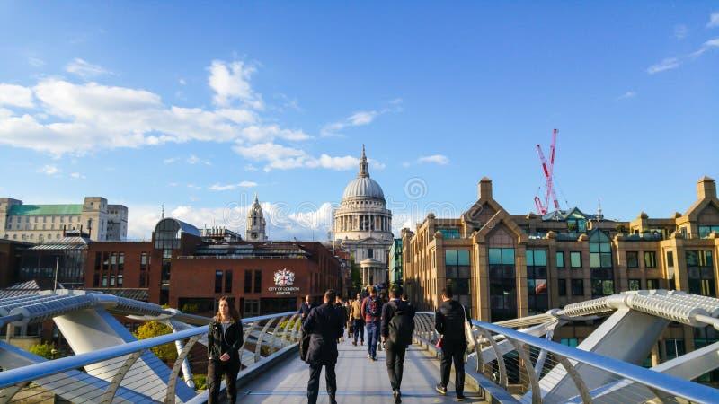 Собор ` s моста и St Paul тысячелетия, Лондон, Великобритания стоковая фотография
