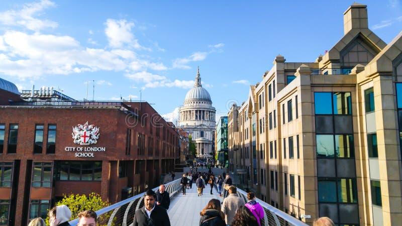 Собор ` s моста и St Paul тысячелетия, Лондон, Великобритания стоковые фотографии rf
