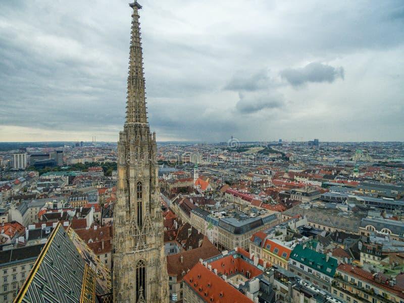 Собор ` s St Stephen в вене, Австрии Крыша и городской пейзаж в предпосылке стоковые фотографии rf