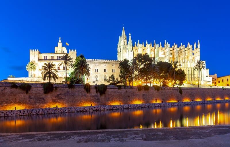 Собор Santa Maria Ла Seu Palma и королевский дворец Ла Almudaina вечером, Palma de Mallorca, Испания стоковые изображения