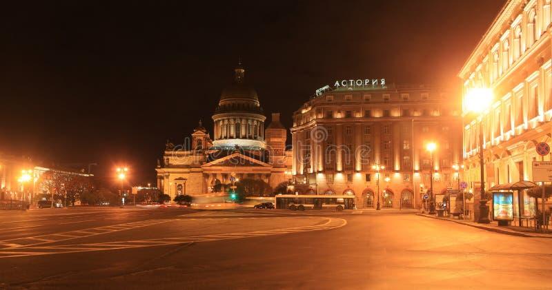 Собор St Исаак и ноча осени Astoria гостиницы st petersburg России стоковое фото