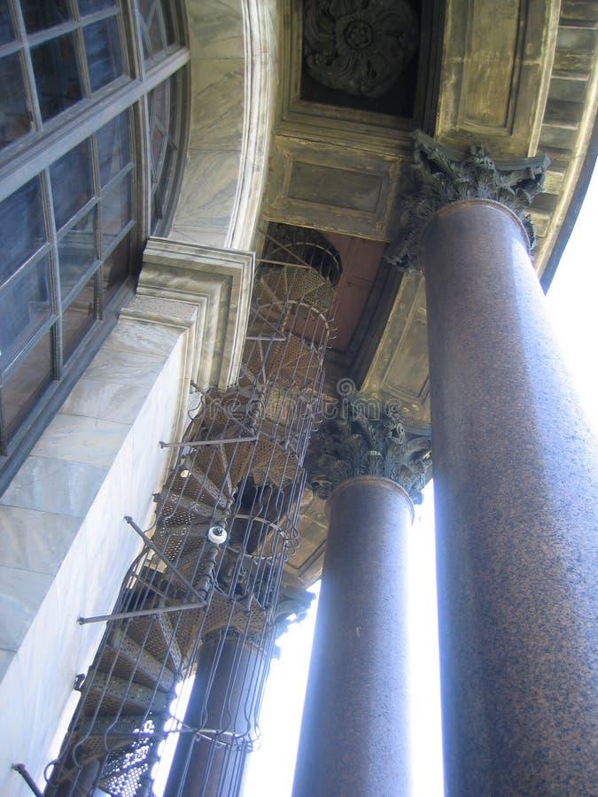 Собор St Исаак колоннада розового камня с квадратическим потолком стоковое фото