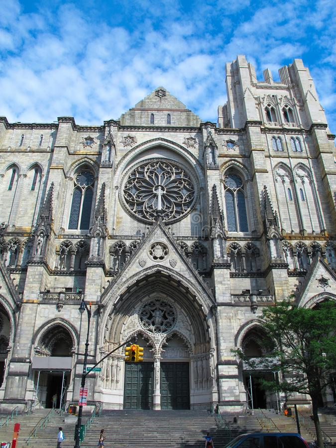Собор St. John божественное, парадный вход NYC стоковое изображение
